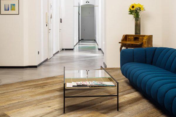 Bequeme Couch für Patienten in der Zahnarztpraxis Dr. Quidenus in Wien
