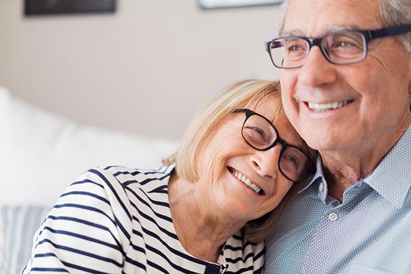 Seniorenpaar erfreut sich neuer Lebensqualität dank feste Zähne an einem Tag
