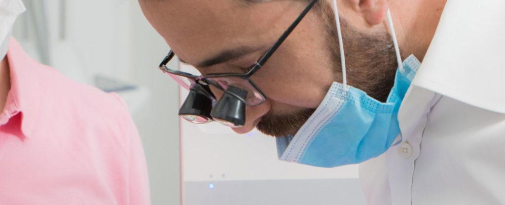 Zahnarzt für Endodontie entfernt einen entzündeten Zahnnerv.